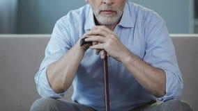 Man i hans 50-tal som sitter på soffan och tänker om hans liv, ensamhetperiod Arkivbilder