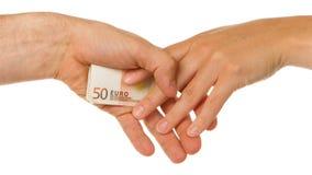 Man i hemlighet att ge euro 50 till en kvinna Royaltyfri Foto