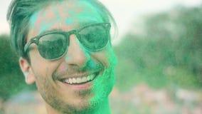 Man i holifärger på festivalen stock video