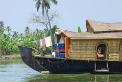 Man i husbåt Arkivbilder