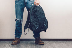 Man i jeans med ryggsäcken Fotografering för Bildbyråer