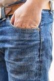 Man i jeansbyxa på vit bakgrund Royaltyfri Foto