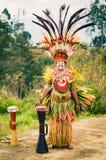 Man i komplex dräkt i Papua Nya Guinea Arkivbilder