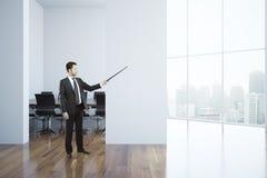 Man i konferensrum Arkivbilder