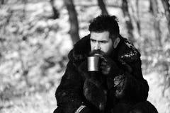 Man i kopp för metall för håll för pälslag Grabb i skog arkivbilder