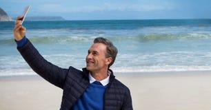 Man i laget som tar selfie mot stranden Arkivfoton