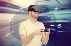 Man i lek för springa för för virtuell verklighethörlurar med mikrofon och bil Royaltyfria Foton