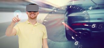 Man i lek för springa för för virtuell verklighethörlurar med mikrofon och bil Arkivbild