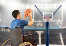Man i leka basket för rullstol arkivbilder