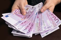 Man i mäns dräkter Muta och korruption med eurosedlar Royaltyfria Foton