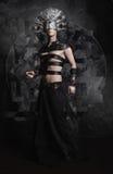 Man i mörkerkläder, demon med den läskiga maskeringen arkivbild