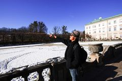 Man i Mirabelle Garden i österrikare Royaltyfria Bilder