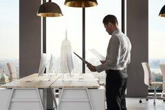 Man i modernt kontor arkivfoton
