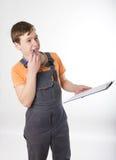 Man i overaller som elektrikeren uppskattar arbetet Arkivbild