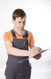 Man i overaller som elektrikeren uppskattar arbetet Royaltyfri Bild