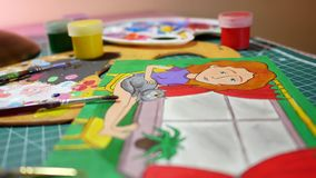 Man i processen av teckningen med bilden för akrylmålarfärger av flickan Arkivfoton
