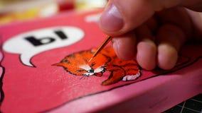 Man i processen av teckningen med bilden för akrylmålarfärger med katten Fotografering för Bildbyråer