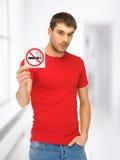Man i röd skjorta med inget - röka tecknet Royaltyfri Foto