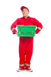 Man i röda overaller med shoppingsupermarketvagnen Arkivfoton