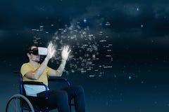 Man i rörande manöverenhet för VR-hörlurar med mikrofon mot himmelbakgrund arkivfoto