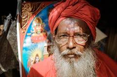 Man i rött i västra Bengal Arkivbild