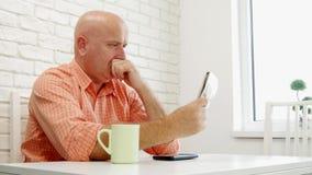 Man i regeringsställning som kopplar av dricka ett kaffe och läsa i senast nyheterna för tidning lager videofilmer