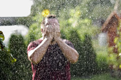 Man i regnet Royaltyfria Foton