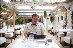 Man i restaurang Fotografering för Bildbyråer