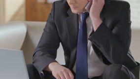 Man i ringande nummer för affärsdräkt på mobiltelefonen, starter som talar, förhandlingar lager videofilmer