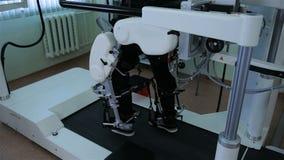 Man i robotic ammunitionar för futuristisk humanoid Avatar för mänsklig styrning i virtuell verklighet stock video