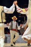 Man i rumänsk traditionell dräkt Arkivbild