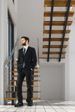 Man i rum med trappa Arkivbild