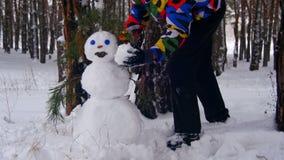Man i sörja Forest Sculpts Snowman arkivfilmer