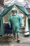 Man i saneringsdräkt som går ut ett tält Royaltyfri Fotografi