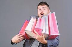 Man i shoppinggalleria stilfull esthete med shoppingp?sen bags tungt Moget shopaholic feriek?p Aff?r bifokal royaltyfri bild