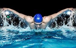 Man i simbassäng Royaltyfri Foto
