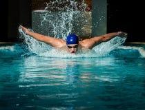 Man i simbassäng Arkivbilder