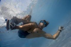 Man i simbassängen Fotografering för Bildbyråer