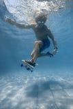 Man i simbassängen Arkivbilder
