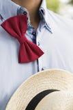 Man i skjorta med den knöt upp fluga- och gnäggandehatten Fotografering för Bildbyråer