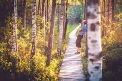 Man i skog Royaltyfria Bilder