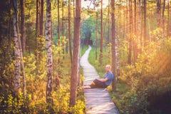 Man i skog Royaltyfri Bild