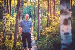 Man i skog Fotografering för Bildbyråer