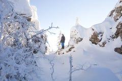 Man i skogen, vinterdag royaltyfria foton