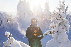 Man i skogen, vinterdag arkivfoto