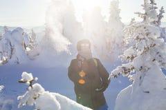 Man i skogen, vinterdag fotografering för bildbyråer