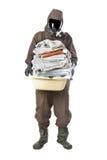 Man i smutsiga handdukar för faradräktinnehav och se cameren Royaltyfri Bild