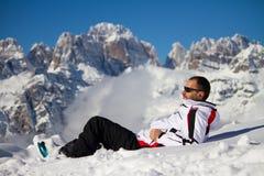 Man i snön royaltyfri fotografi