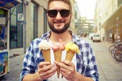 Man i solglasögon med icecream Royaltyfri Foto