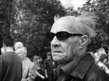 Man i solglasögon på marschen för Maj dag royaltyfria bilder